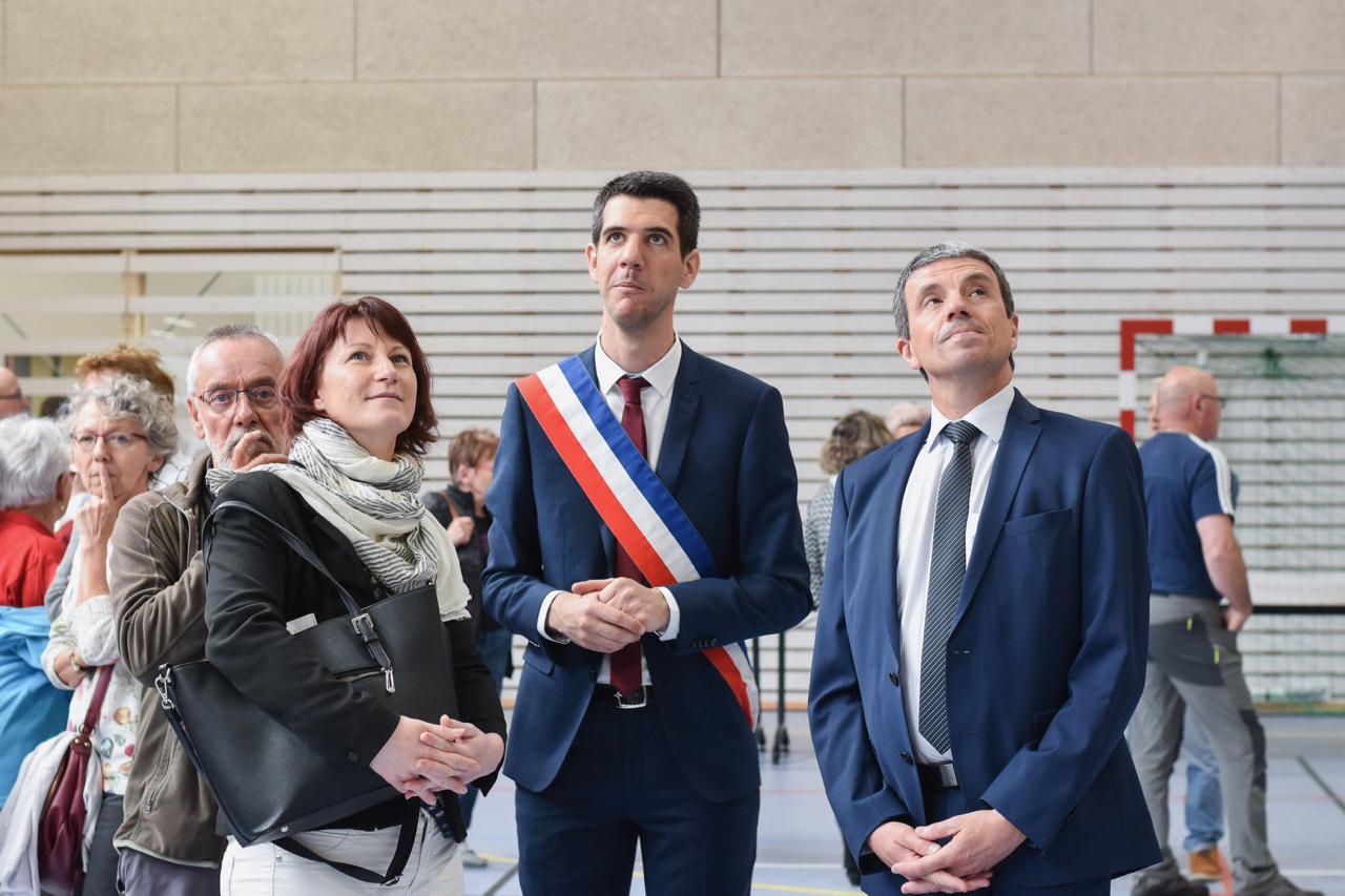 Le Maire, En Discussion Avec M. Le Préfet Et Valérie DEPIERRE, Vice-présidente De La Région