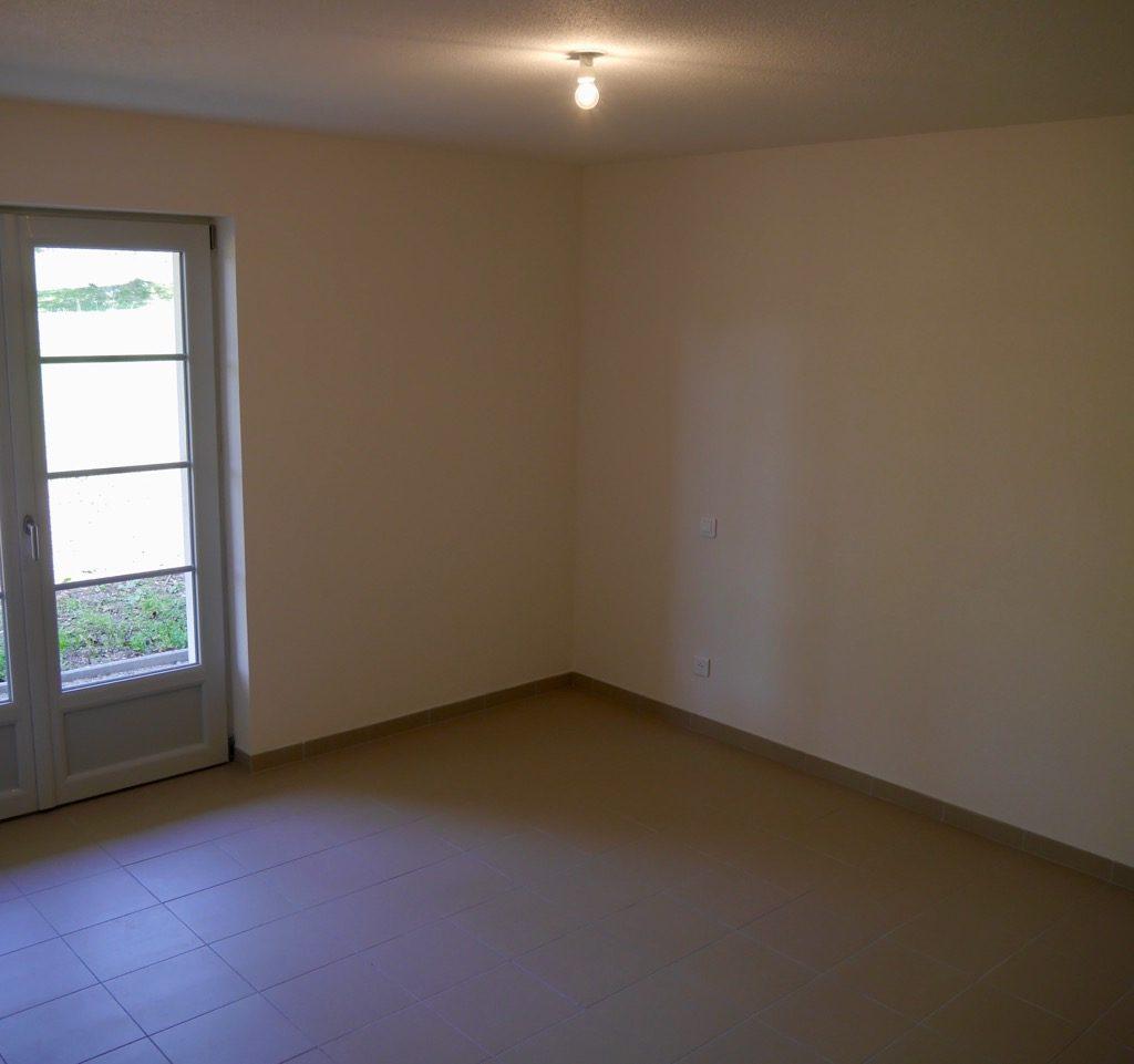 Chambre 2 Du Logement 1, Avec Accès Extérieur Grâce à Une Porte-fenêtre