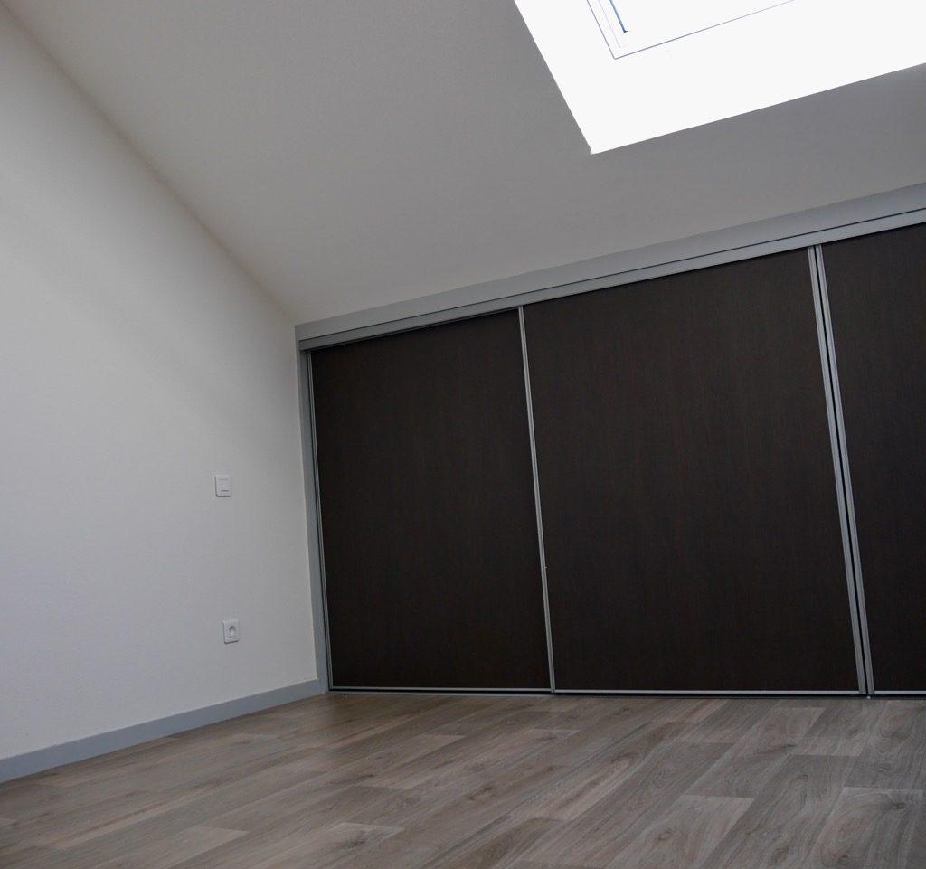 Chambre 2 Du Logement 2 (1er étage) Avec Fenêtre De Toit, Store Occultant Solaire Et Placard-penderie