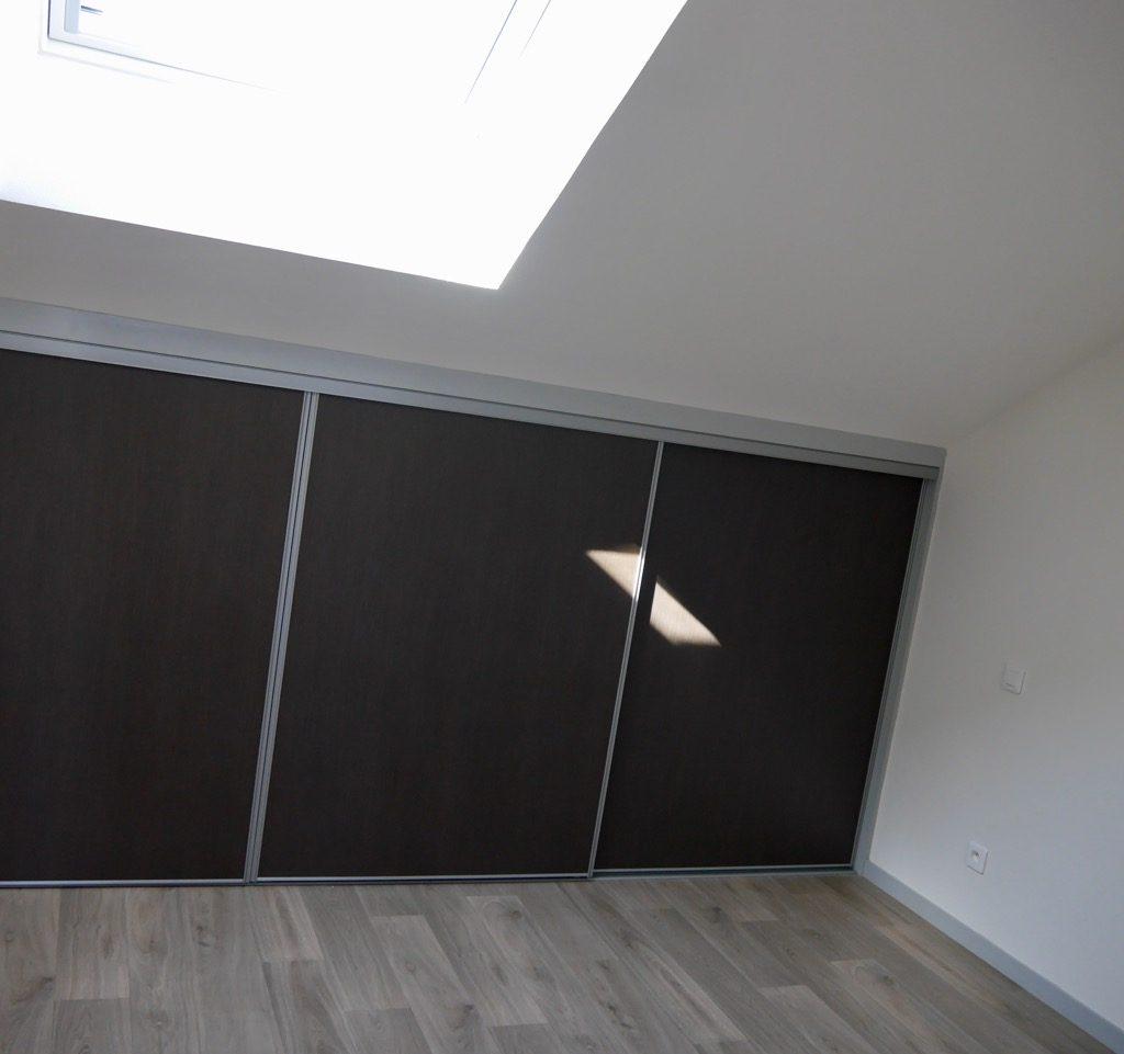 Chambre 1 Du Logement 2 (1er étage) Avec Fenêtre De Toit, Store Occultant Solaire Et Placard-penderie